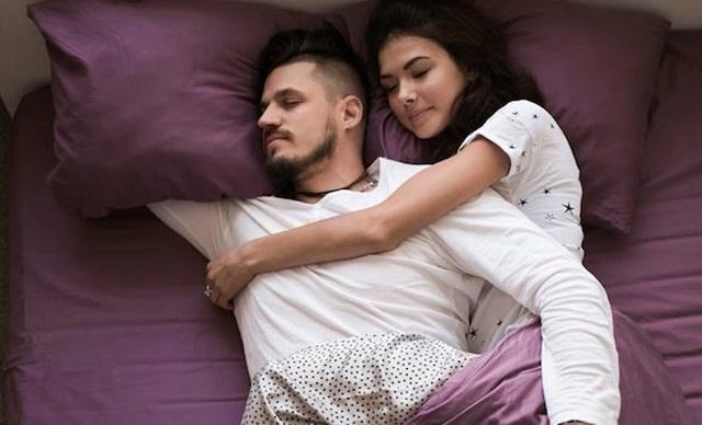 Zoya Amirin selaku pakar kesehatan di bidang seksologi pun menyampaikan bila pasangan cende Bercinta di Pagi Hari itu Butuh Gaya yang Beresensi