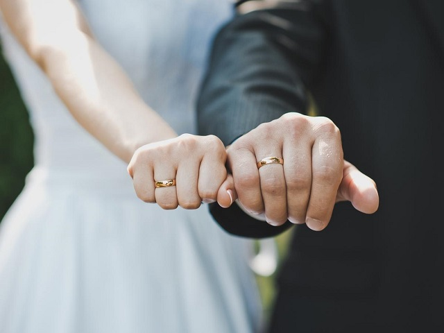 Bagi bung yang sudah menikah tentu akan menggunakan cincin ijab kabul bukan Setiap Jari yang Dilingkari Cincin, Memiliki Simbol Tersendiri Loh Bung