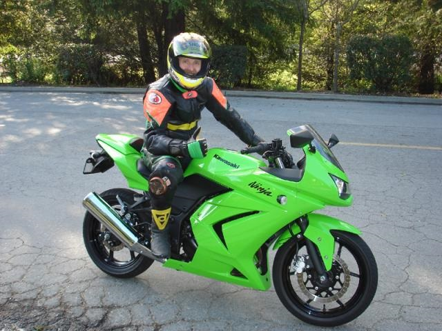 Tak pernah kah bung membayangkan berada di atas motor besar dan berlaga selayakya para pe Sempat Tergoda Ketika Ninja 250 cc Turun Harga