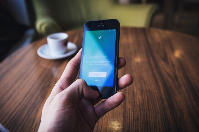 Media sosial menjadi daerah yang sering bersinggungan dengan hal Makara Manusia yang Waras, Ketika Banyak Orang Gila di Timeline Sosial Media
