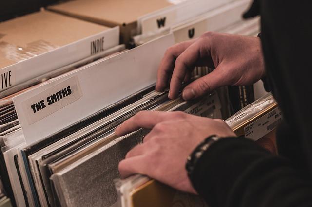 hingga piringan hitam dari musisi favorit bung Era Sudah Digital, Apakah Album Fisik Masih Menjual?
