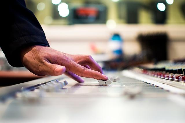 Sesungguhnya membaca indie label dan major label ibarat melihat penawaran Ketika Jalur Indie Membebaskan Ekspresi dan Major Label Mampu Memfasilitasi